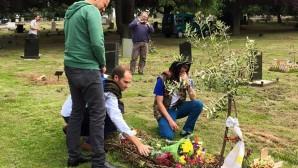 Kosta'nın Yoldaşları, Mezarı Başında Gözyaşı Döktü