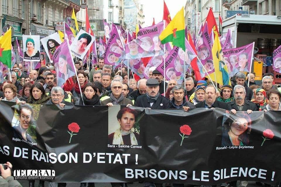 Paris, Gar Du Nord tren istasyonundan başlayan yürüyüşte en önde bulunan şehitlerin pankartını şehit aileleri ve yakınları yürüyüş boyunca taşıdı.
