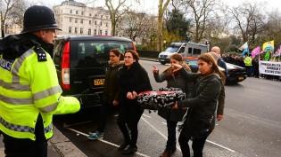 TC Londra Büyükelçiliği önüne siyah çelenk bırakıldı