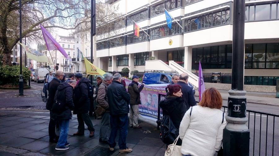 Londra`da Almanya Büyükelçiliği önünde protesto 1