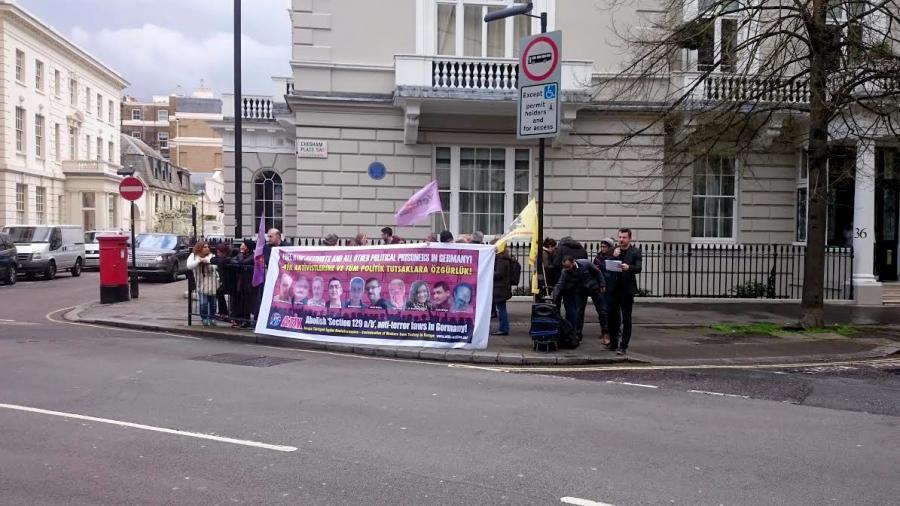 Londra`da Almanya Büyükelçiliği önünde protesto