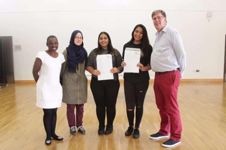 Başarılı öğrenciler Hackney belediyesi encümeni Anntoinette Bramble ve The Urswick School müdürü Richard Brown ile birlikte