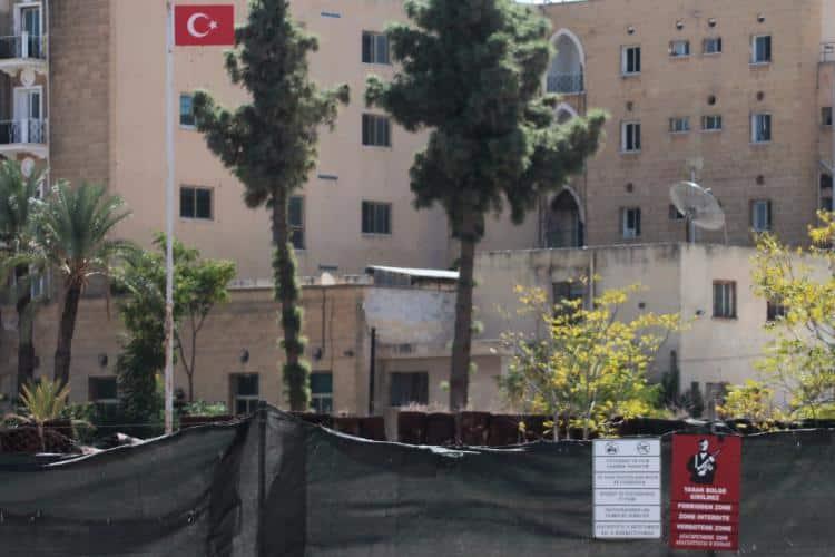 Ledra Palace bölgesinin Türk tarafı; Rum yönetimi sınırı. Tel örgüler, kenti ikiye ayırıyor. Fotoğraftaki binalar, BM denetiminde.