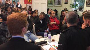 İskoç Polisi İki Gün Önce Kapısını Kırarak Girdiği Kürt Derneğinde Halkın Sorularına Cevap Verdi