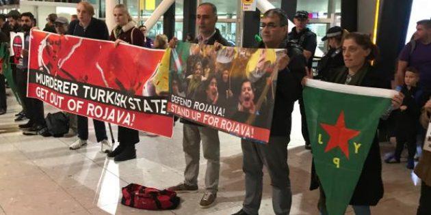 Boycott Turkey üyeleri Londra THY Yolcu gişelerini kapattı