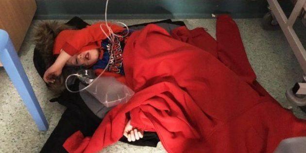 Hastanede yerde yatan çocuğun fotoğrafına bakmayan İngiltere Başbakanı Johnson'a eleştiri