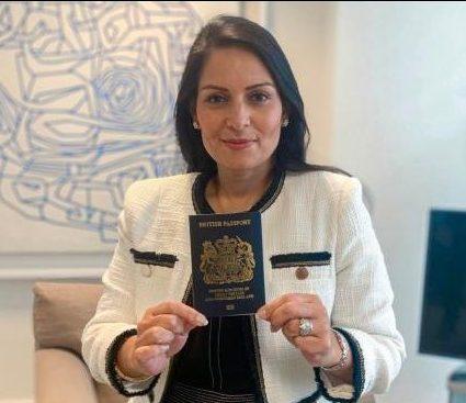 İngiltere mavi pasaporta geçiyor