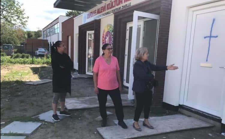 Hollanda'da cemevi duvarlarına haç işaretli saldırı