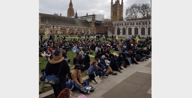 Britanya'da halk yeni yasa önergesine karşı sokaklara döküldü